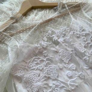 Extremt vacker klänning från ASOS, endast använd en gång så i nyskick☀️ Perfekt som studentklänning! Frakt 63 kr med postnord 💕
