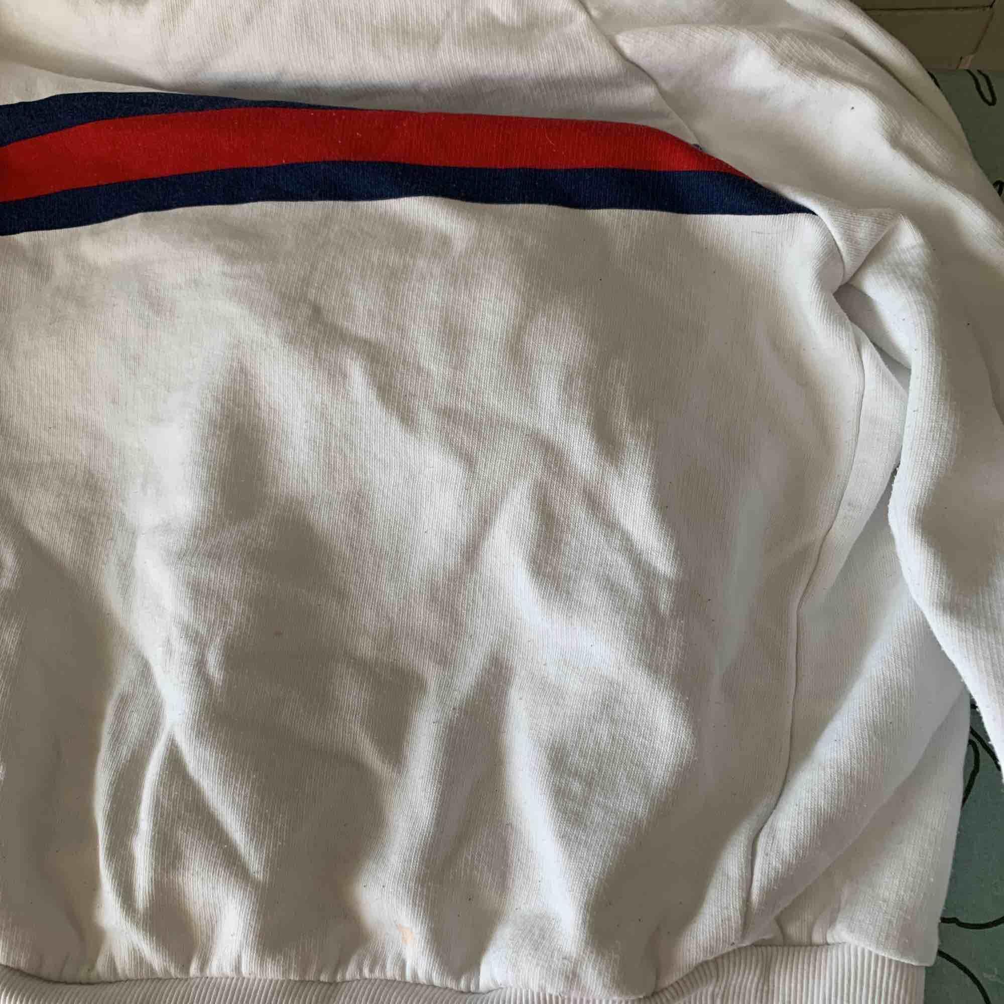 En hoodie från Gina, den är ganska stor k storleken så passar även en xs, sällan använd . Huvtröjor & Träningströjor.