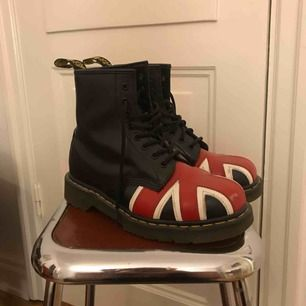 Doctor Martens storlek 39 köpta i London för några år sedan. Knappt använda så är i gott skick :) kan mötas upp eller köparen står för frakten.