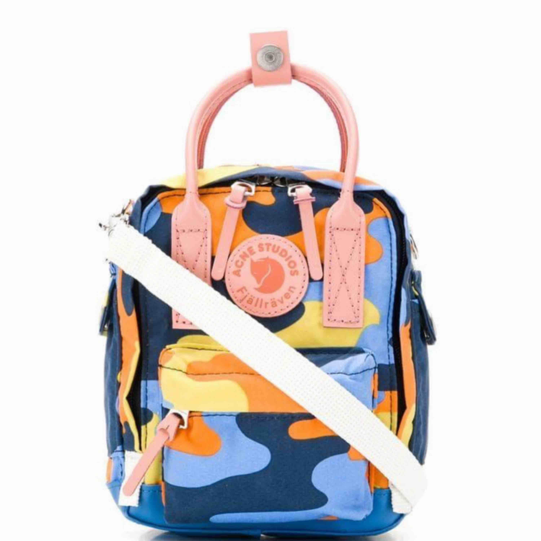 Endast intressekoll! Funderar på att sälja min Acne x fjällräven väska (lilla versionen)  Köpt på NK i slutet av juni 2019. Inga som helst slitage, kvitto och prislapp kvar! . Väskor.