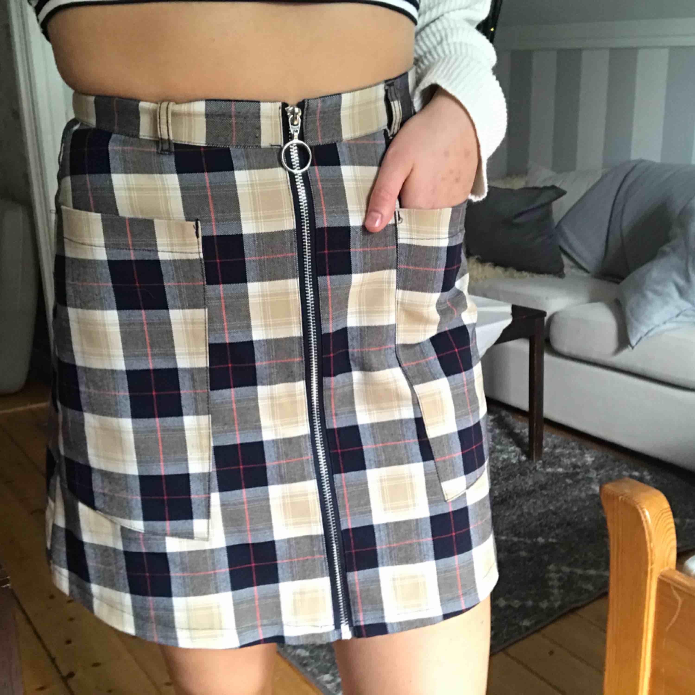 Otroligt snygg kjol som jag tyvärr sällan använder! Lite längre modell som slutar ca 1dm ovanför knät men som ändå är högmidjade. Stora fickor som både är praktisk och snygg, dragkedjan går att öppna 🧡 möts upp i Östersund eller fraktas ( + 36kr). Kjolar.