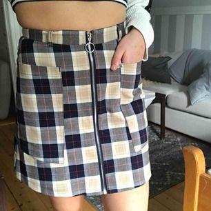 Otroligt snygg kjol som jag tyvärr sällan använder! Lite längre modell som slutar ca 1dm ovanför knät men som ändå är högmidjade. Stora fickor som både är praktisk och snygg, dragkedjan går att öppna 🧡 möts upp i Östersund eller fraktas ( + 36kr)