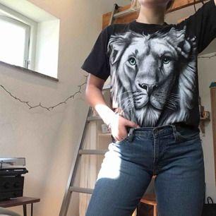 Häftig t-shirt med tryck av en tiger på både fram och baksida.