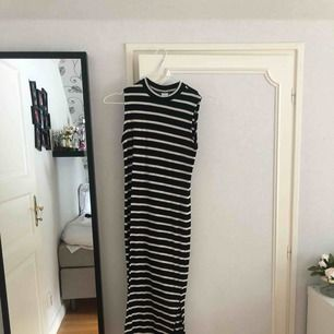 Randig polo klänning med slits vid båda benen