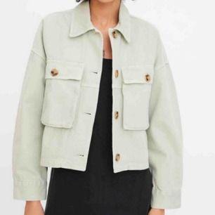 Ljusgrön oversized jacka med fickor från Zara💕 Har nyss upptäckt att den har ett litet svart streck på ena armen:/