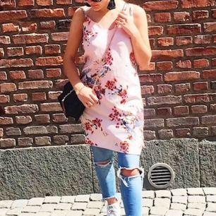Jättefin klänning från Nelly.com, säljer då den tyvärr inte används så mycket. Frakt tillkommer!