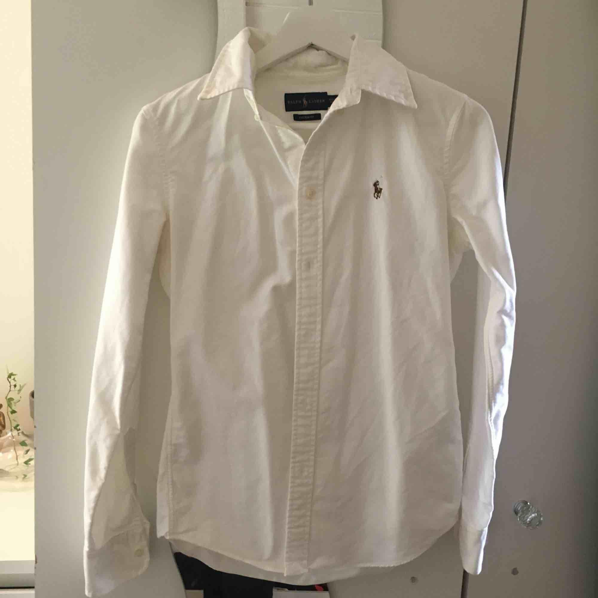 En äkta Ralph lauren skjorta vit. Fläckfri och figursydd. . Kostymer.
