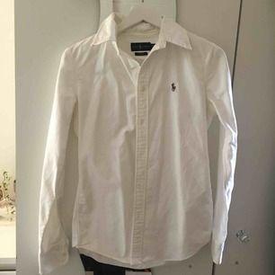 En äkta Ralph lauren skjorta vit. Fläckfri och figursydd.