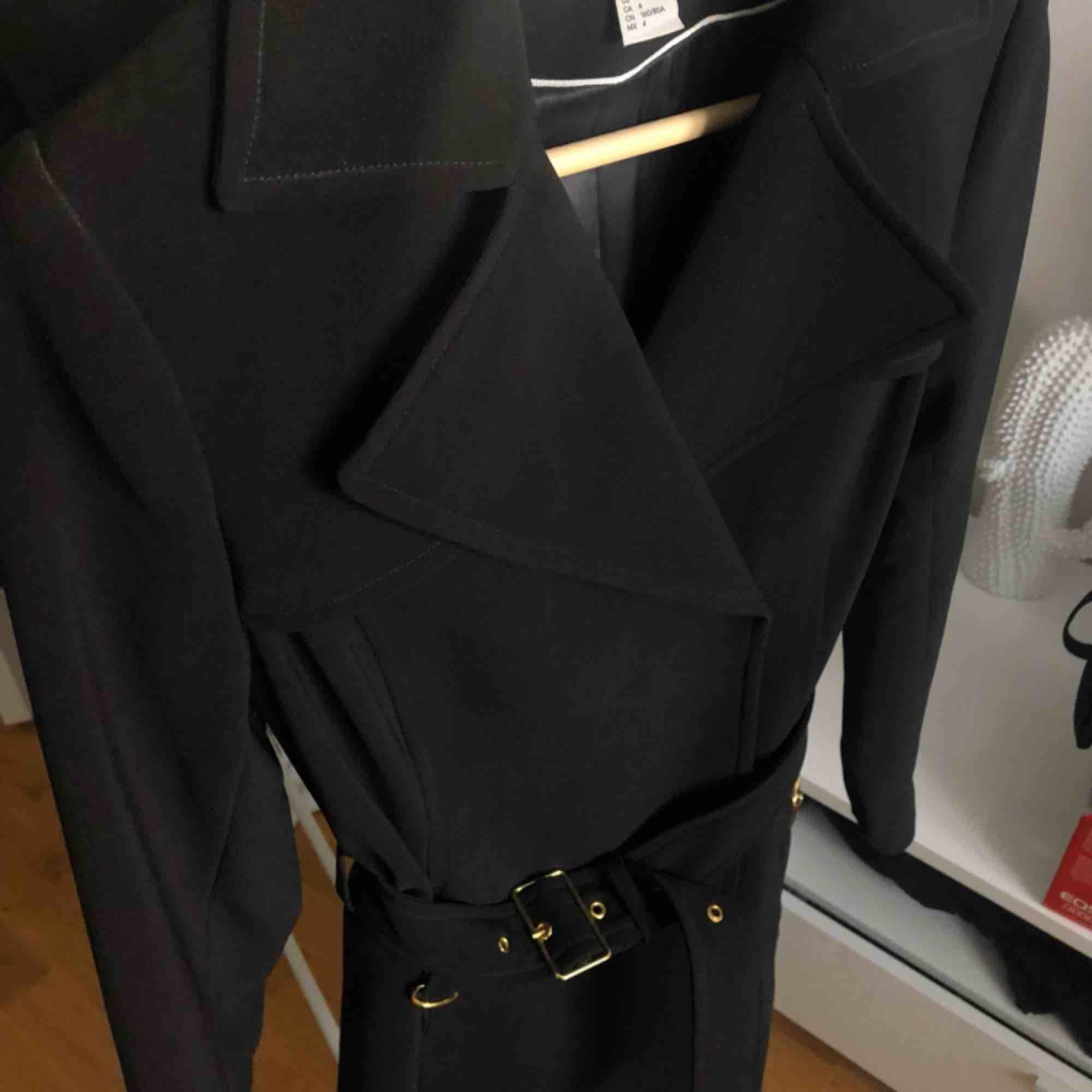 Fin svart kappa från H&M i storlek 34. Använd fåtal gånger. Köpare står för ev. frakt ✨. Jackor.