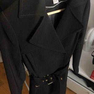 Fin svart kappa från H&M i storlek 34. Använd fåtal gånger. Köpare står för ev. frakt ✨