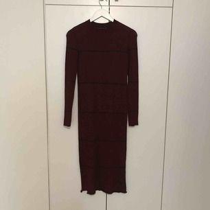 Bodycon klänning från Berska. Mörkröd med fina ränder. Använd 2 gånger. Storleken är M. Går till mitten av vaden på mig som är 163 cm. Kan skickas eller mötas upp i Lund