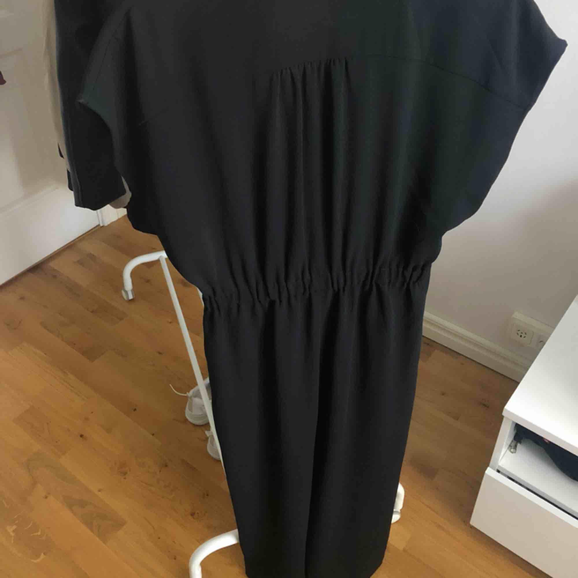 Svart jumpsuit med knyta md i midjan och något kortare ben. Använd 1 gång. Passar även en 36a. Köpare står för frakt✨. Klänningar.
