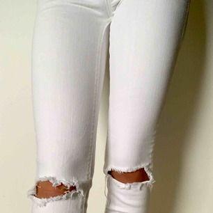 Snygga low waist jeans från Cubus. Använda endast några gånger och är därför i mycket gott skick!   Kan hämtas i Helsingborg, alternativt skickas till köparen som även står för frakt💞