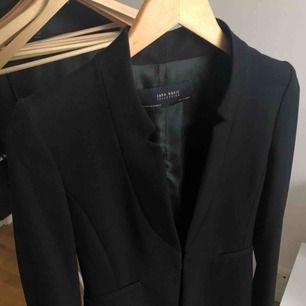 Svart elegant kappa från Zara. Använd fåtal gånger. Köpare står för frakt✨