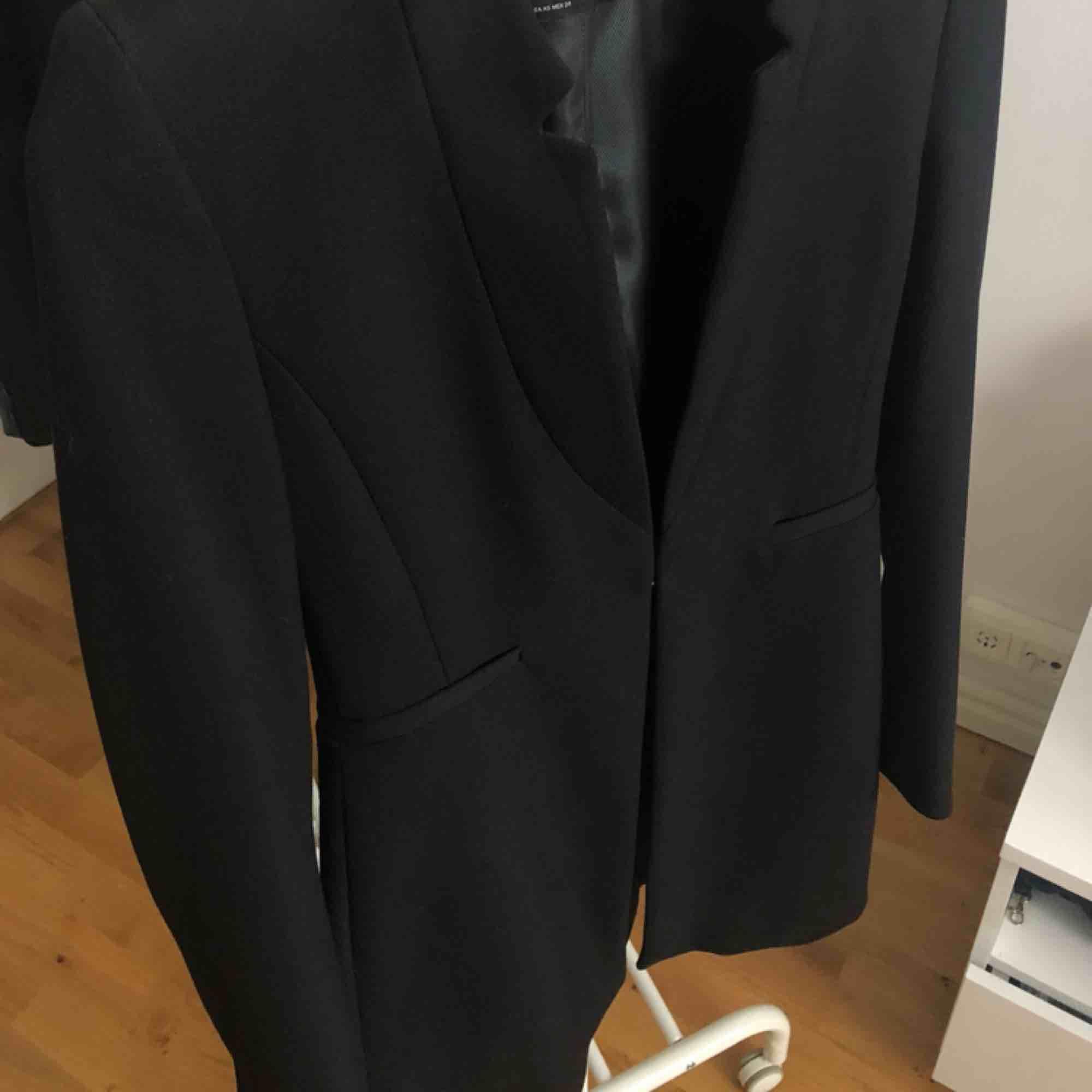 Svart elegant kappa från Zara. Använd fåtal gånger. Köpare står för frakt✨. Jackor.