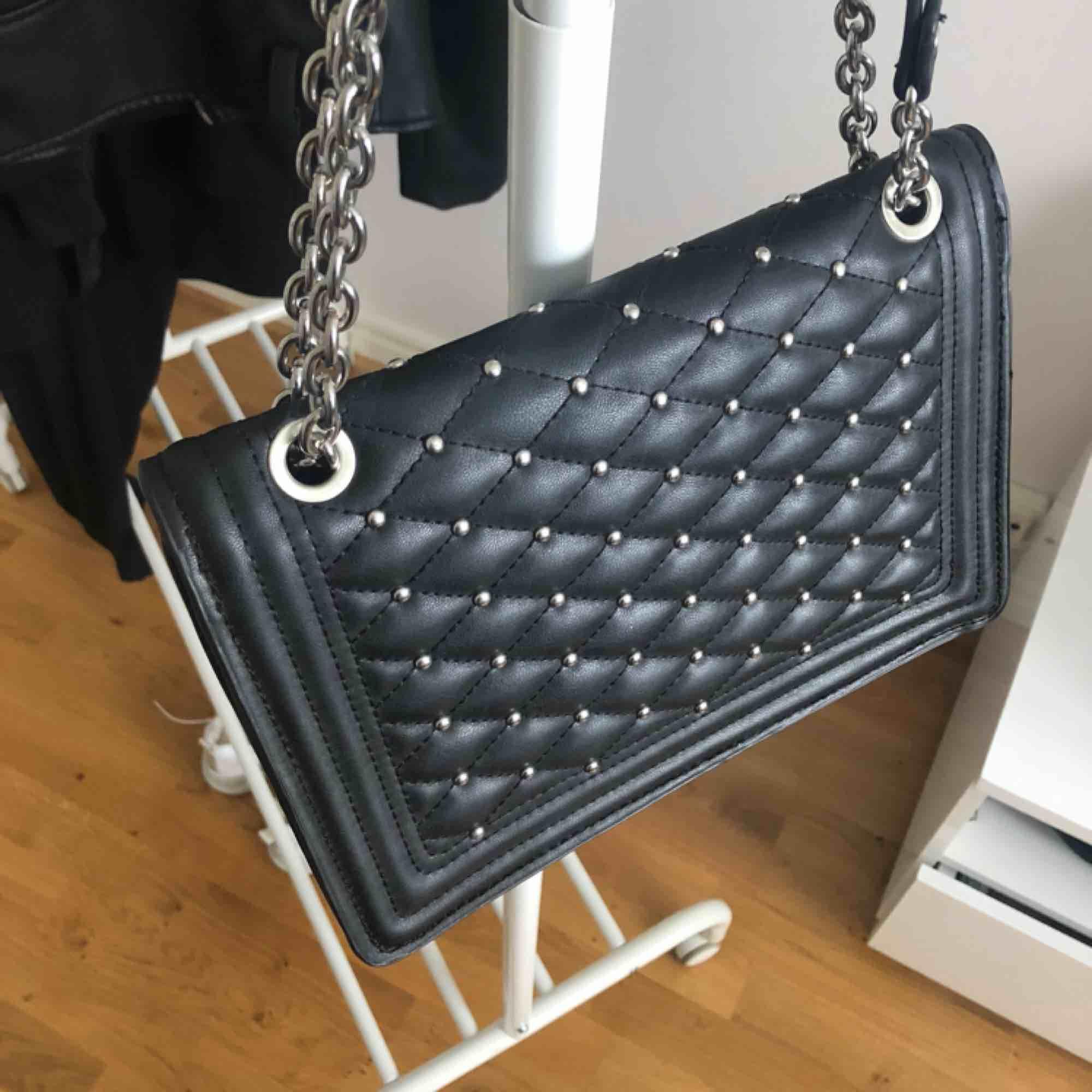 Svart crossbody väska från Zara med silvriga nit-detaljer. Går att ha bandet både långt och kort. Mycket fint skick. Köparen står för frakt✨. Väskor.