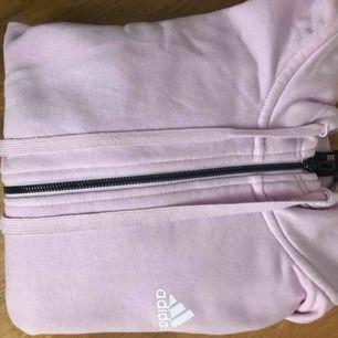 Ljusrosa/lila tjocktröja från adidas med vita ränder längs armarna. Använd fåtal gånger. Köpare står för frakt✨