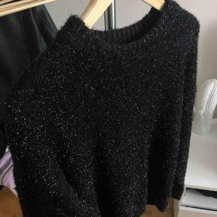 Svart/glittrig stickad tröja från Cubus. Använd fåtal gånger. Köpare står för frakt✨