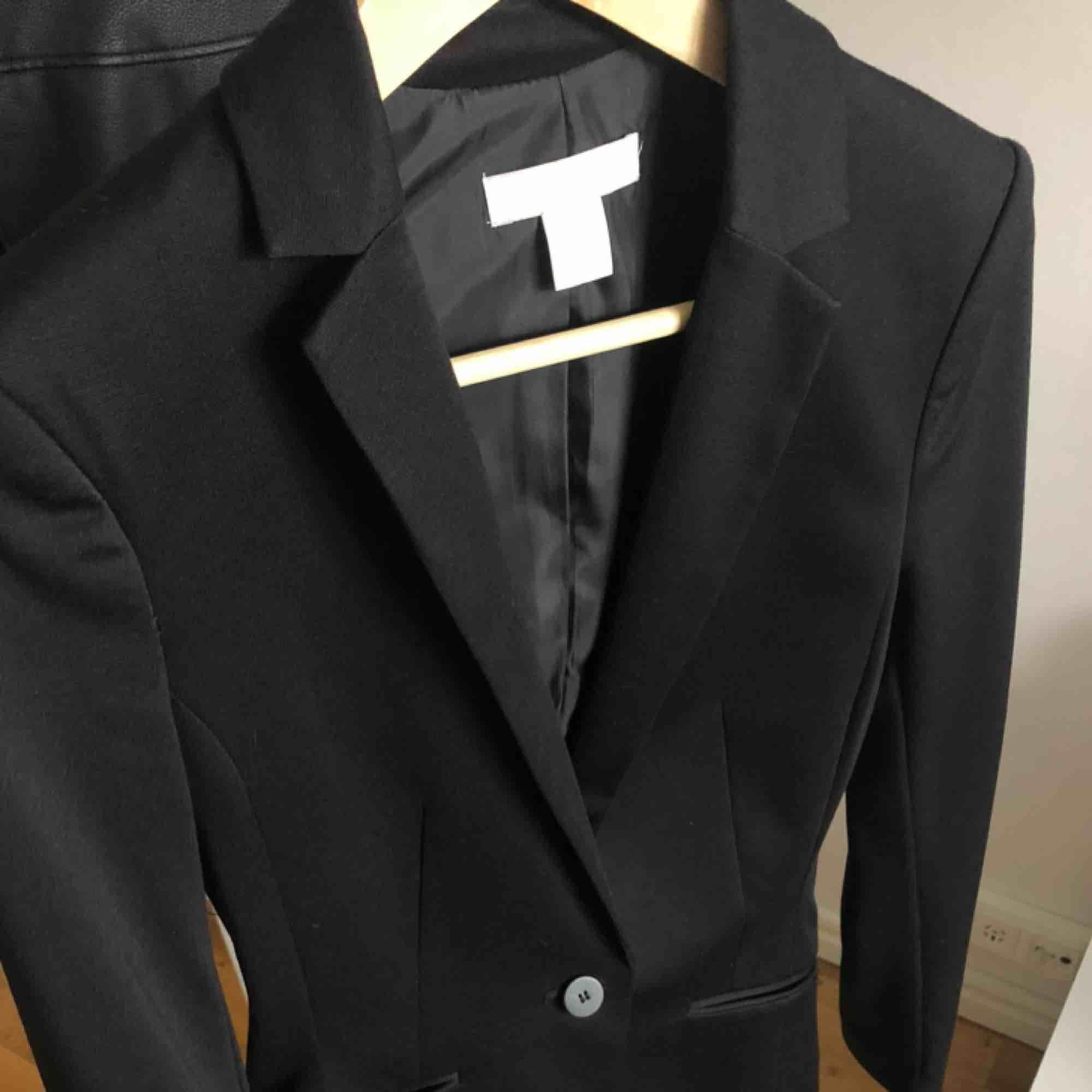 Svart kavaj från HM. Använd fåtal gånger. Köpare står för frakt✨. Kostymer.