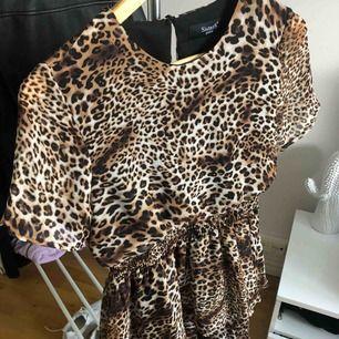 Leopard-mönstrad klänning från Sisters Point. Använd 1 gång. Köpare står för frakt✨