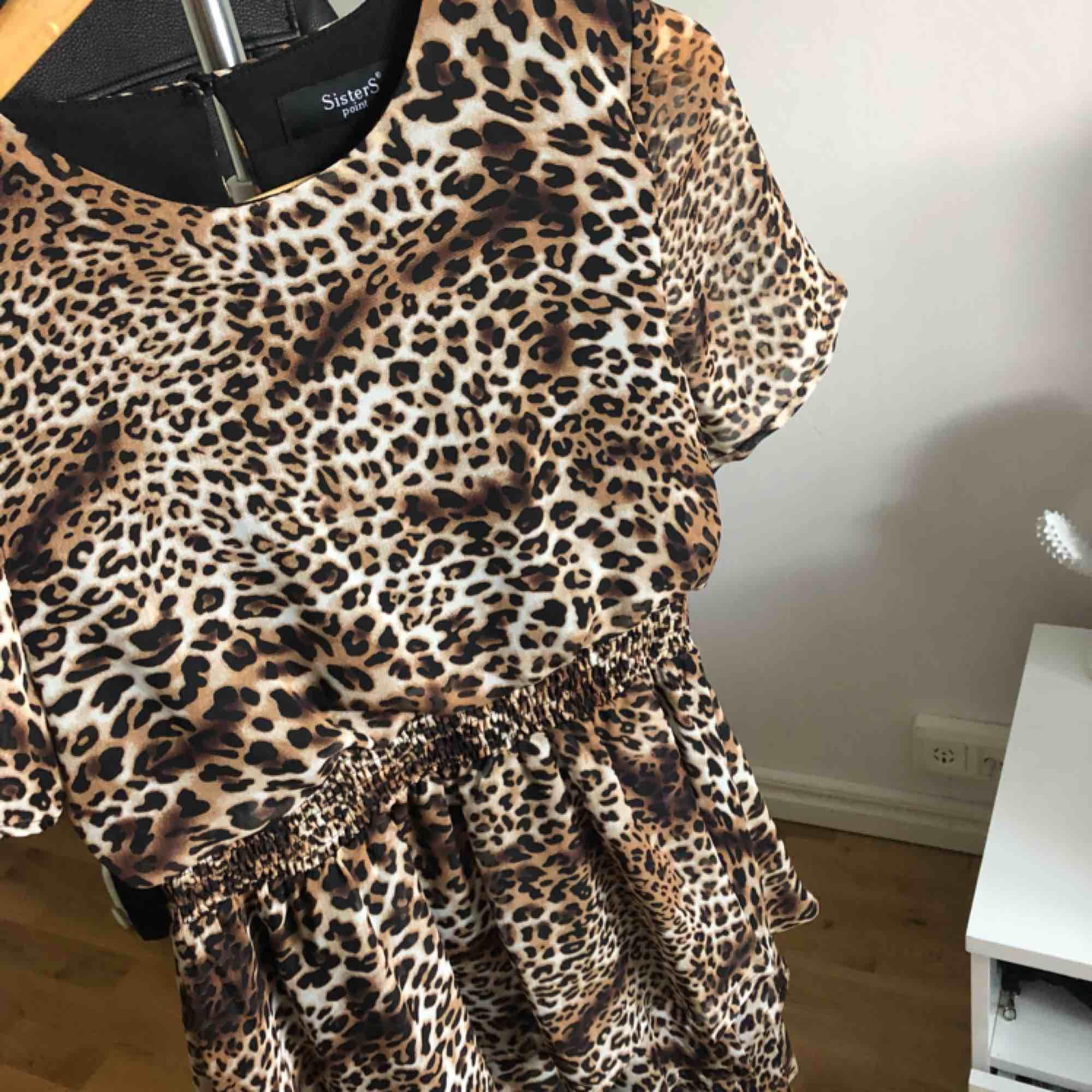 Leopard-mönstrad klänning från Sisters Point. Använd 1 gång. Köpare står för frakt✨. Klänningar.
