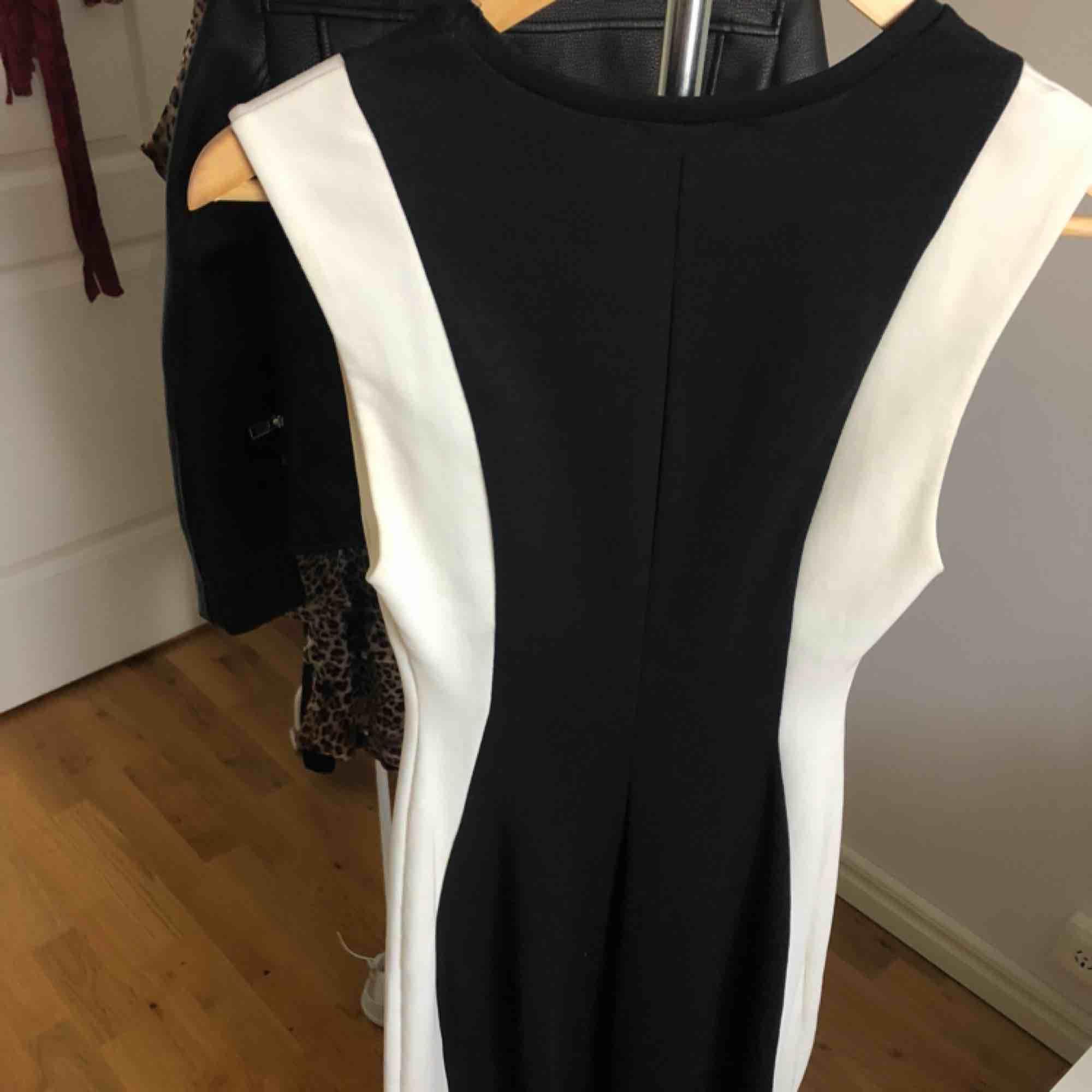 Figurnära klänning i svart/vit från Zara som går till knäna. Använd 1 gång. Köpare står för frakten✨. Klänningar.