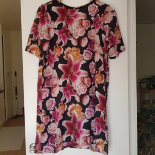 Fint mönstrad klänning i strl 38 från Monki. Använd ett fåtal gånger. Kan mötas i Uppsala, eller så står köparen för frakt.