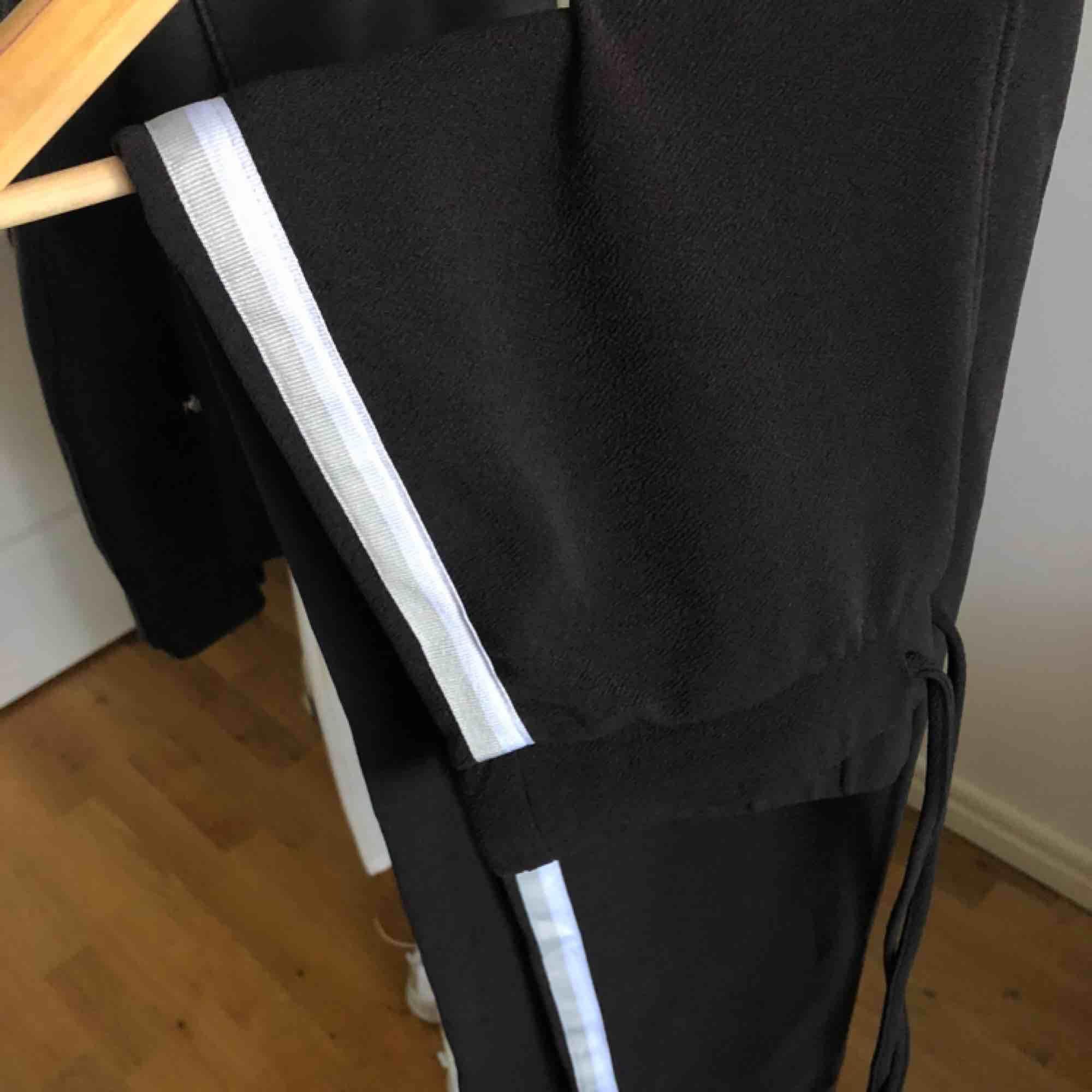 Svart set från Only med vit/gråa ränder. Använt fåtal gånger. Köpare står för frakt✨. Jeans & Byxor.