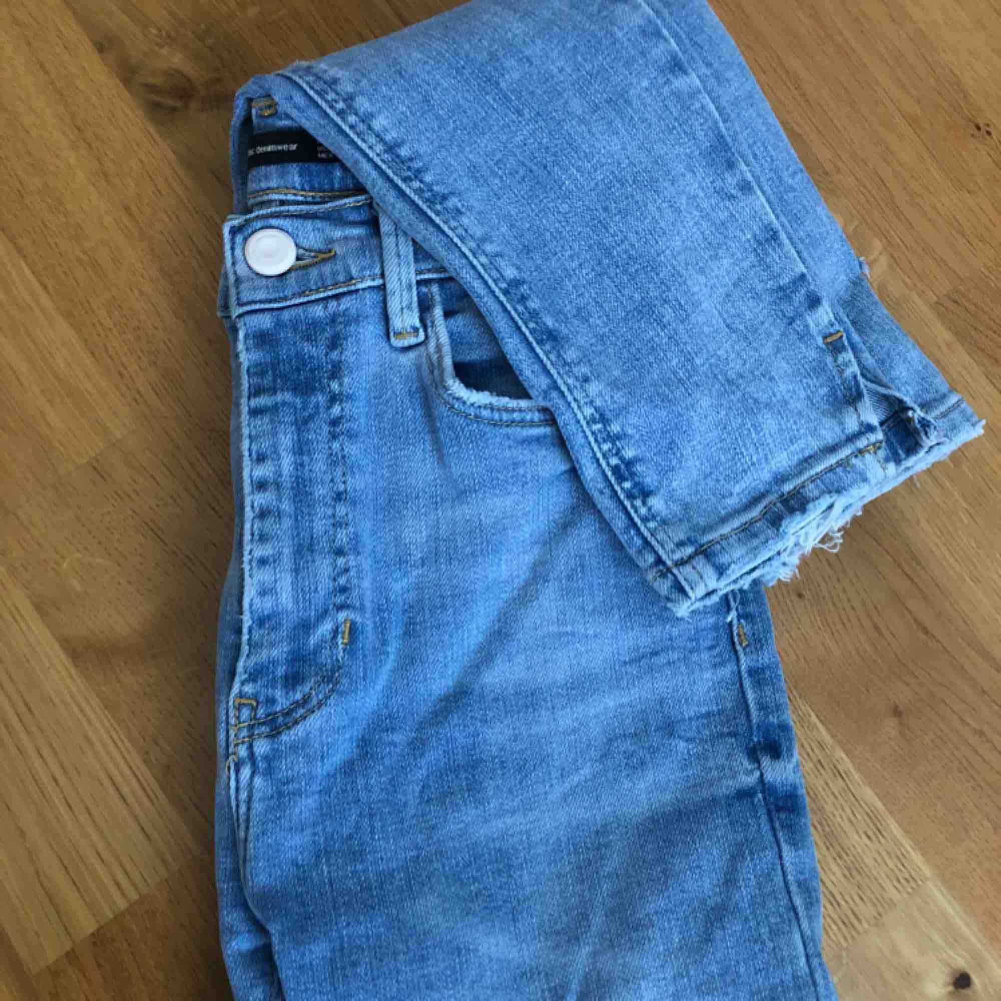 Ljusblåa byxor i tight modell med slitningar från Zara. Mycket stretch. Använda fåtal gånger. Köpare står för frakt✨. Jeans & Byxor.