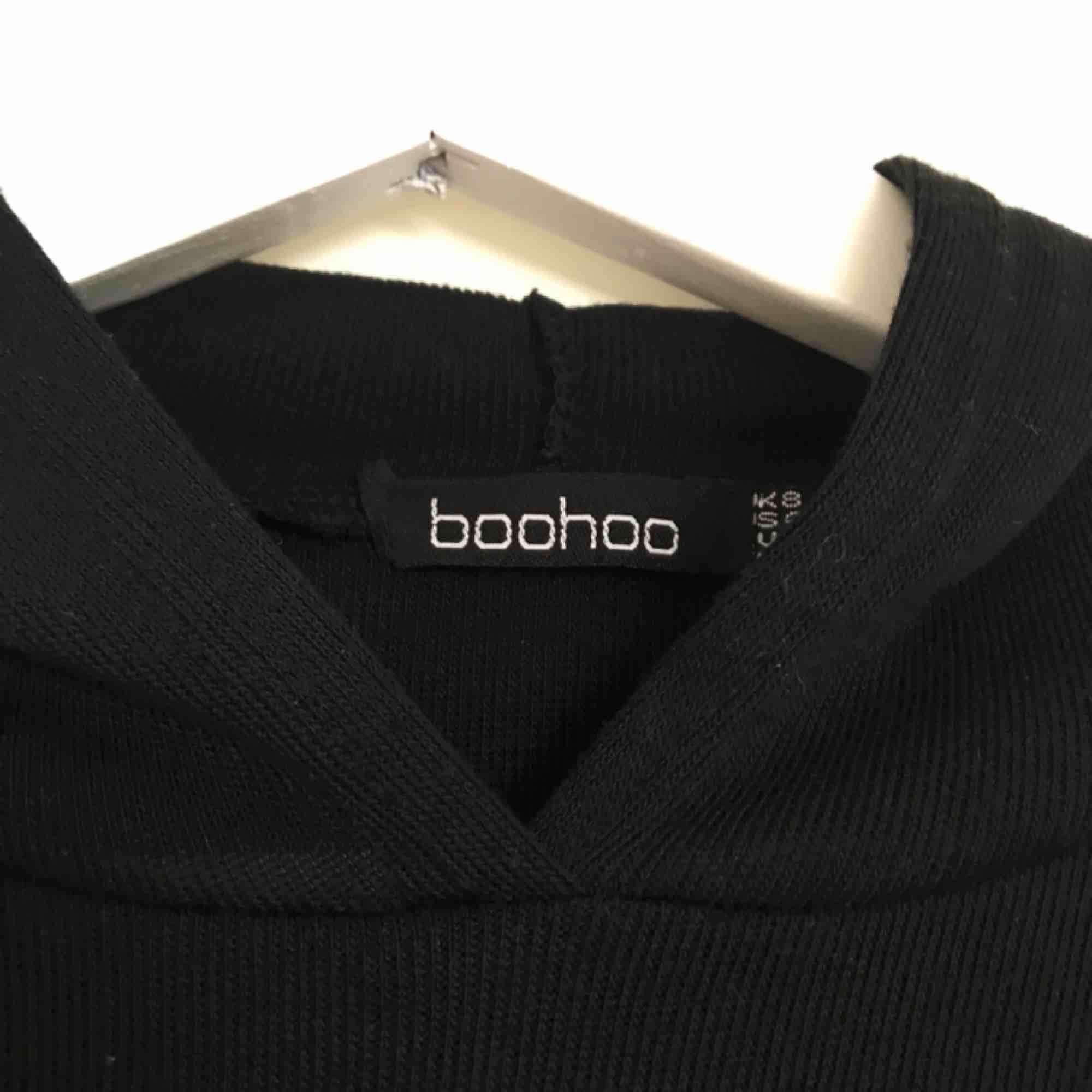 Superskön hoodie från Boohoo med vida ärmar. Använd 1-2 gånger 🌼. Huvtröjor & Träningströjor.