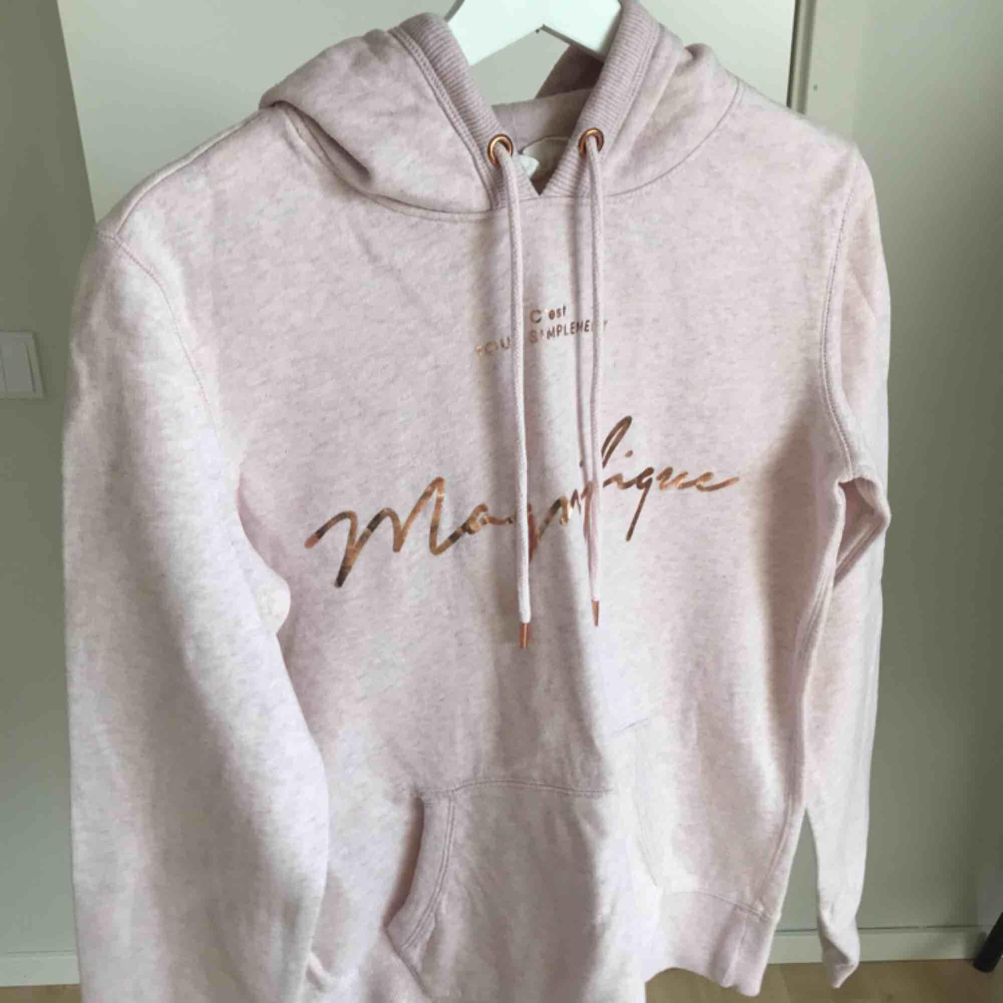 Ljusrosa hoodie från H&M. Använd 1-2 gånger 🌸. Huvtröjor & Träningströjor.