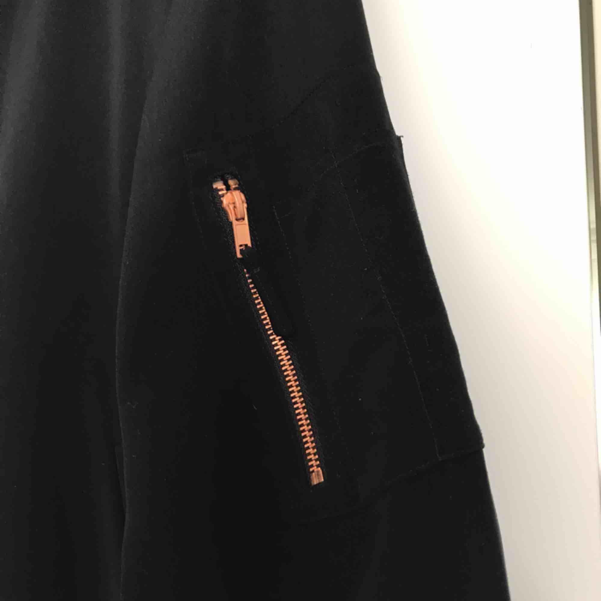 Jättefin oversized bomberjacka från Monki med detaljer i roseguld. Använd ett fåtal gånger så i jättefint skick! 🌼. Huvtröjor & Träningströjor.