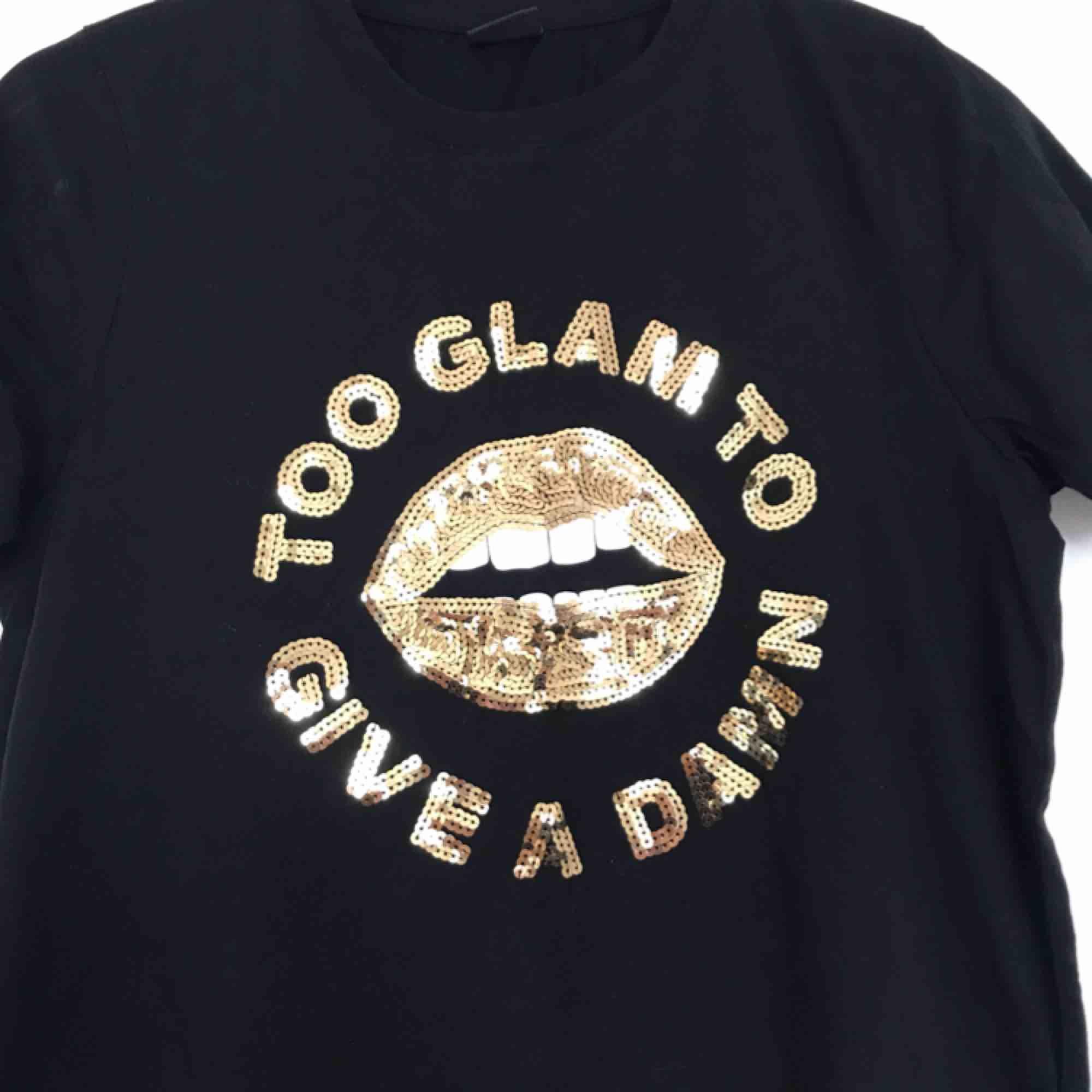 T-shirt med paljetter i guld från Gina Tricot. Helt oanvänd! 🌸. Toppar.