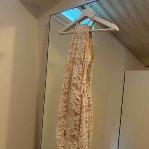En jättefin klänning ifrån Nelly.com som tyvärr blivit för liten för mig. Svår att visa på bild men den är knuten där bak i ryggen.