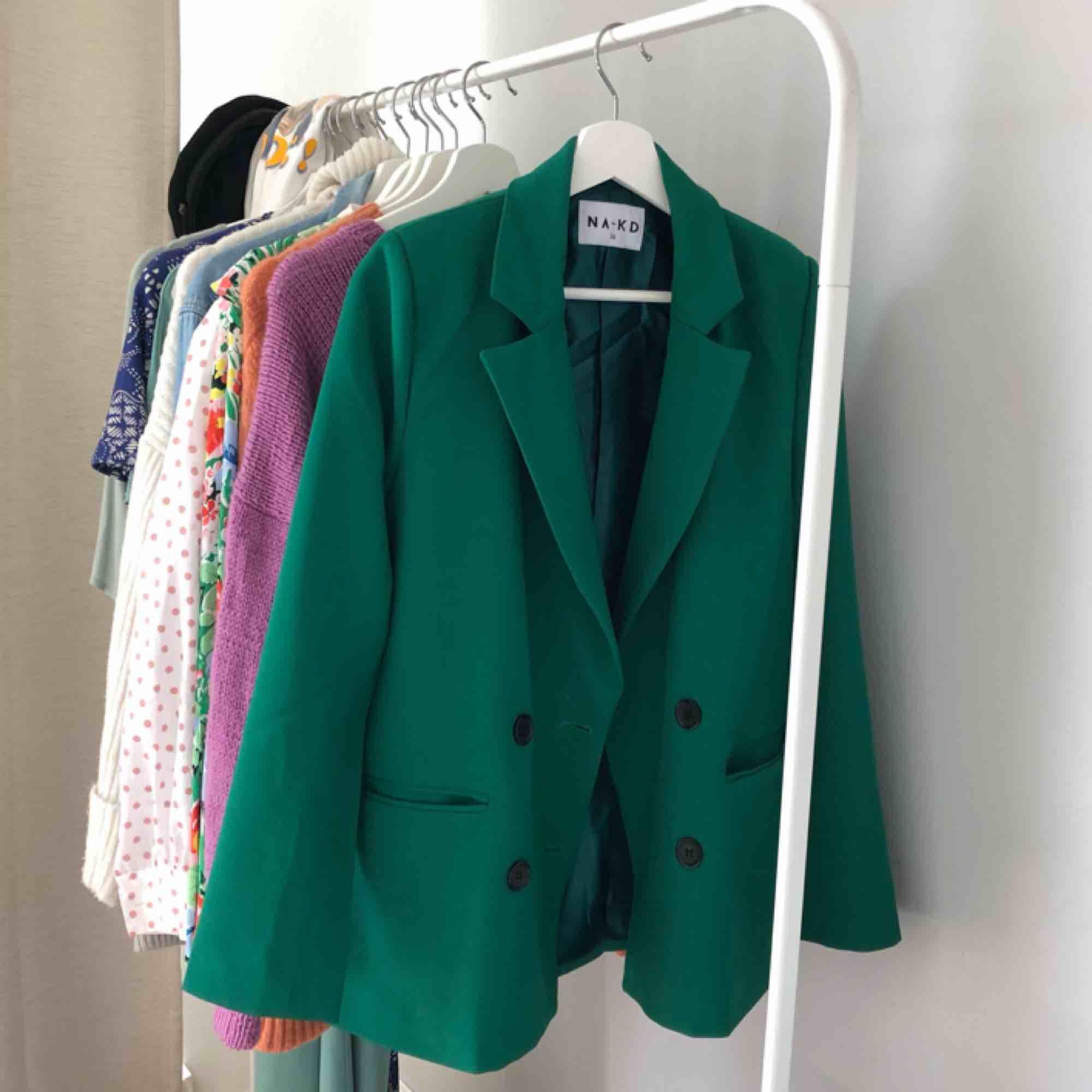 Grön kavaj från NAKD. Så snygg!!! Men har för många kavajer.... Kostymer.