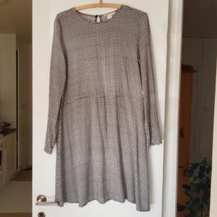 Klänning från H&M i strl 36. Kan mötas i Uppsala, eller så står köparen för frakt.