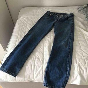 Mörkblåa Levi's 501 jeans. Köpta second hand men ser inte slitna ut. Angiven storlek W29 L34, men jeansen är uppsydda så längden på byxorna är kortare. Innersömmen längst benets insida mäter 77cm.
