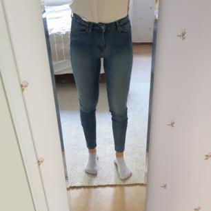 Ankellånga jeans från Weekday. Använda typ två gånger. Nypris 400 kr. Kan mötas i Uppsala, eller så står köparen för frakt.