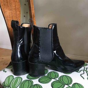 Lackade ancle boots-klackar från Acne. Superfina men för små för mig.