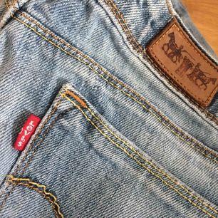 Avklippta Levis jeans som passar på mig som är 160 lång. Nu har dem dock blivit för små runt höften. Så snygga på så det är motvilligt som jag får inse fakta ^^ Köparen står för frakt!