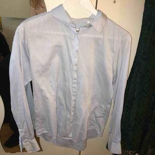 En blå vit randig skjorta från ströms. Fläckfri