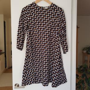 Kort klänning från H&M i strl 34. Kan mötas i Uppsala, eller så står köparen för frakt.