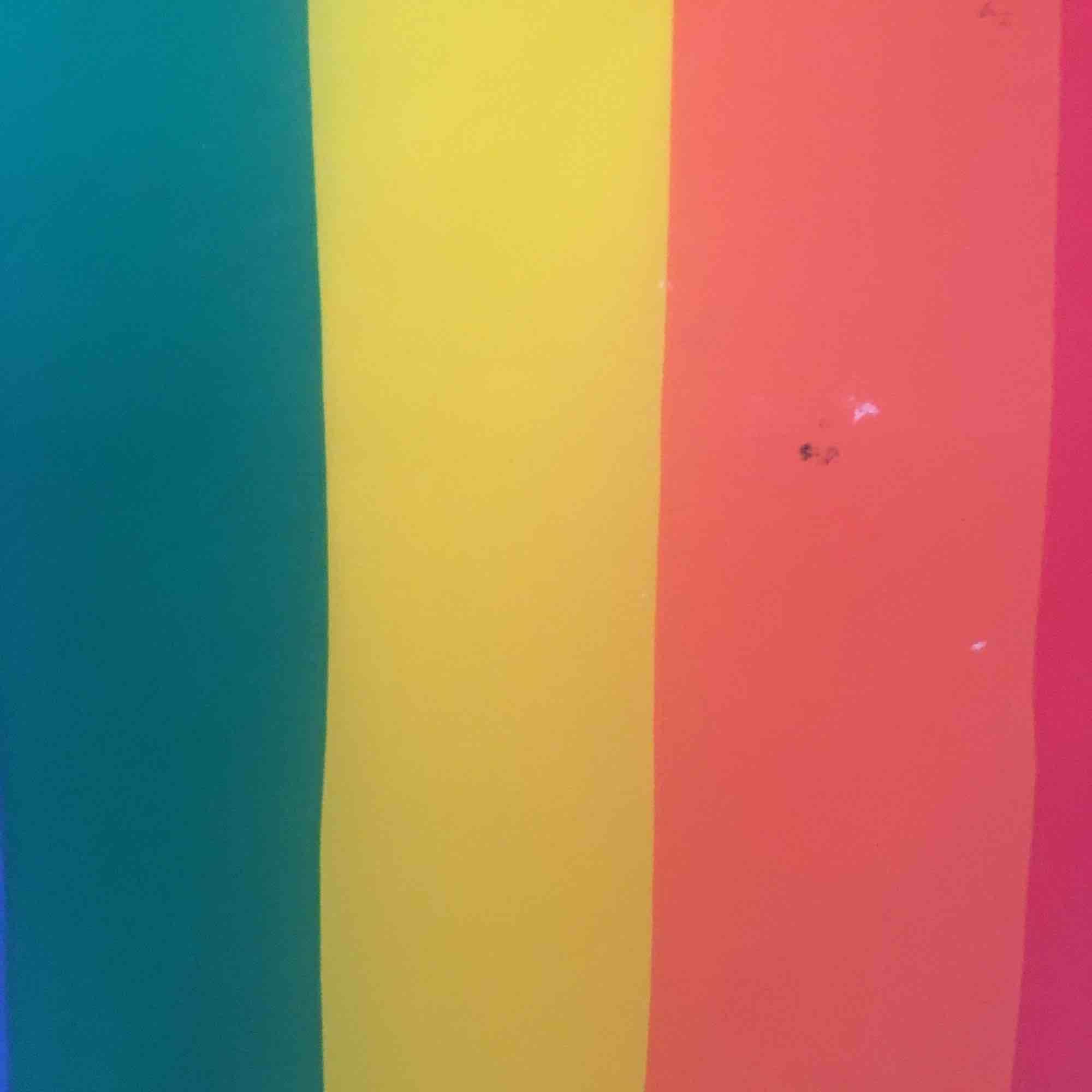 En pride-handflagga med några fläckar. Frakt 50. Övrigt.