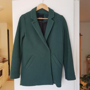 Mörkgrön kappa med dubbelknäppning från Monki. Storlek XXS, men passar mig som är XS-S. Kan mötas i Uppsala, eller så står köparen för frakt.