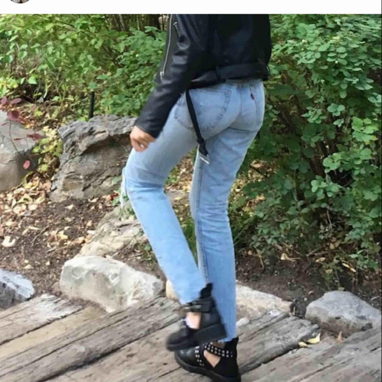 Levis jeans waist 25. High waisted Har klippt dem själv ned till. Skulle passa en xs. Snålt använda - köpta för 1199kr mitt pris 600 (jag står för frakt)💞fler bilder i nästa inlägg. Jeans & Byxor.