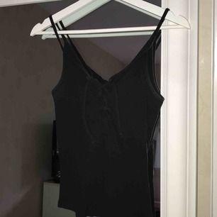 Ribbat linne med knytning fram från bikbok
