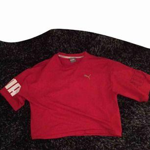 Röd puma tränings tröja. Frakt ingår i priset! Använd ca 3 ggr 😘
