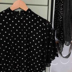 Svart klänning med silvriga prickar från boohoo i storlek 36, knappt använd därav väldigt bra skick :-)