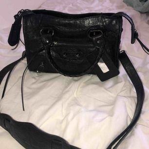 Balenciaga inspirerad väska, precis köpt och väldigt gott skick! Osäker på frakten så vi tar de på dm, kan mötas upp med