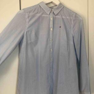 En superfin Tommy hilfiger skjorta i storlek s (dam). Använd 1 gång. Säljer pga kommer ej till användning tyvärr!